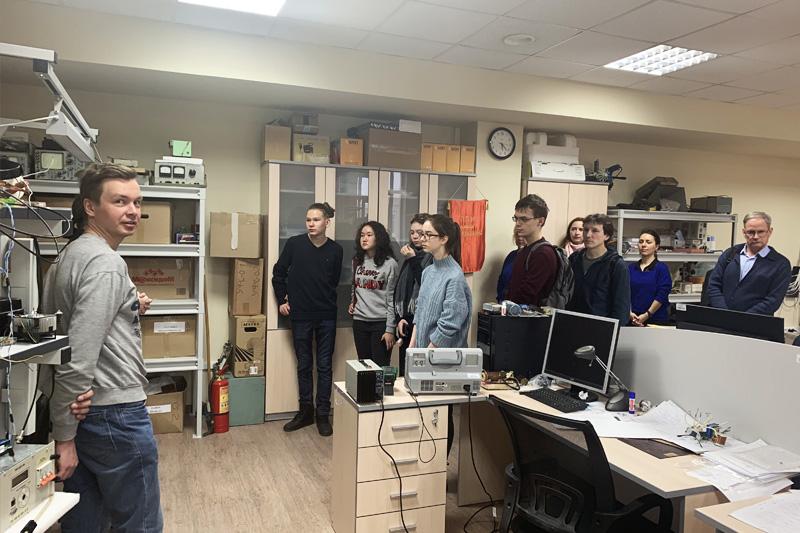 Экскурсии в лабораториях ВШ для школьников из Казахстана