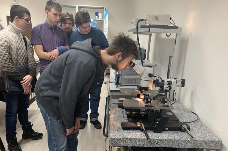 Школьники из Естественно-научного лицея посетили лаборатории ВШПФиКТ