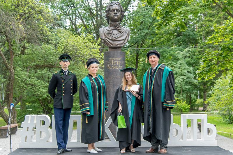 Анна Овсянникова от ИФНиТ получила медаль лучшего выпускника